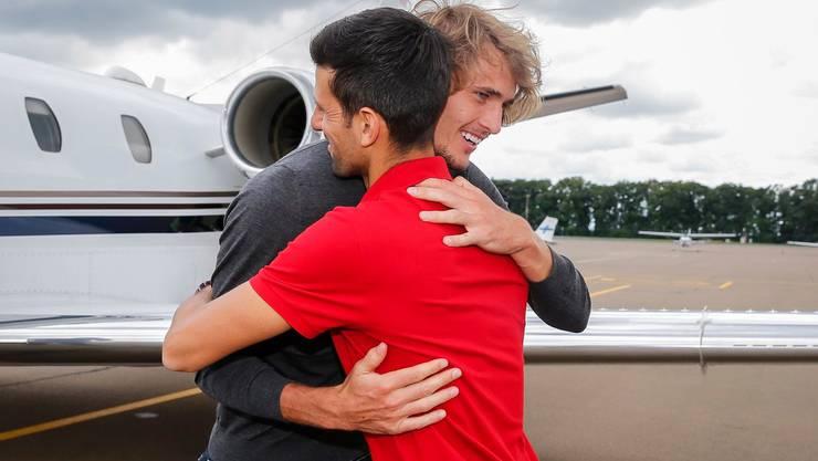Novak Djokovic begrüsst Alexander Zverev, der im Privatjet nach Belgrad flog, wo er am Turnier der Adria-Tour teilnimmt.