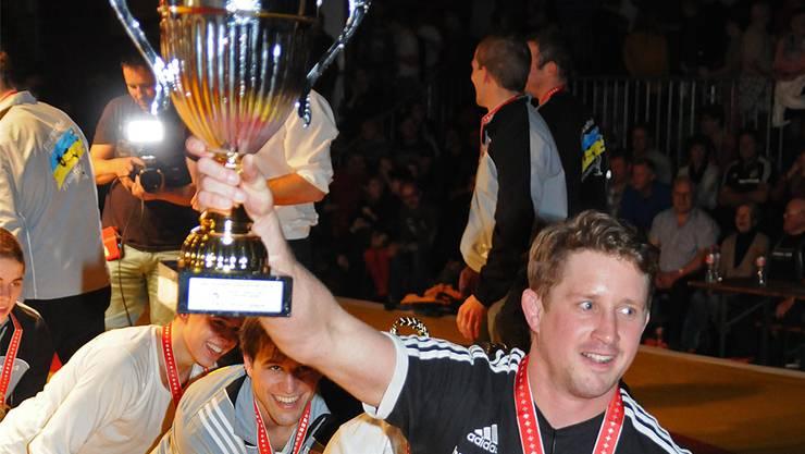 So feierten die Freiämter Ringer mit Trainer Thomas Murer an der Spitze ihren überraschenden Mannschaftsmeistertitel. WR