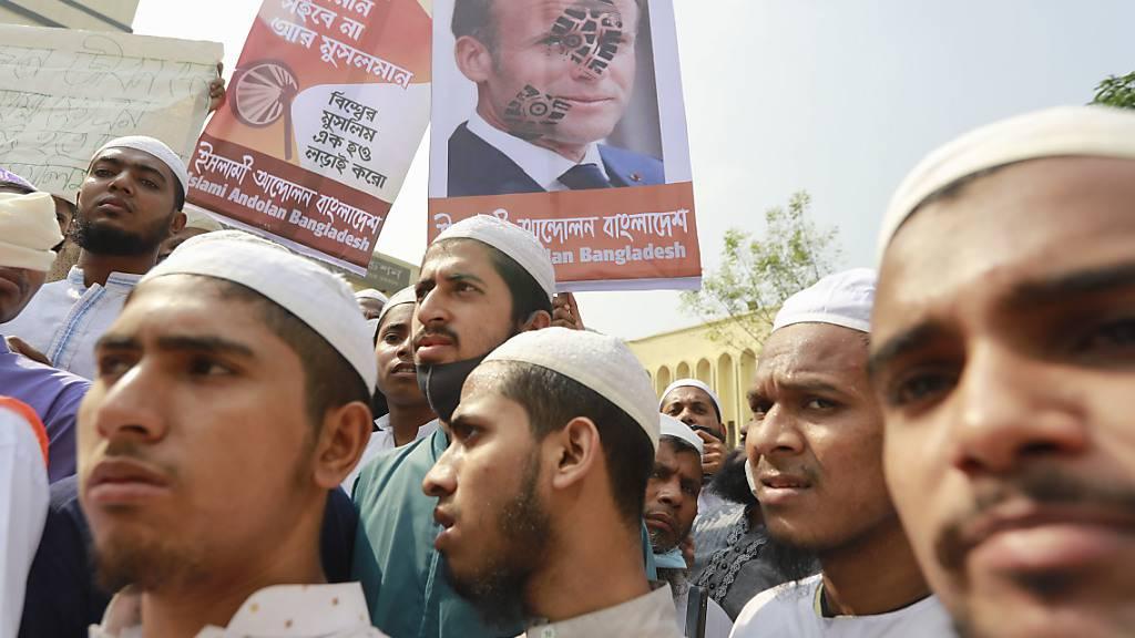 Aktivisten der islamistischen Partei Islami Andolan Bangladesh rufen bei einem Protest gegen Frankreich zum Boykott französischer Produkte auf. Foto: Suvra Kanti Das/ZUMA Wire/dpa