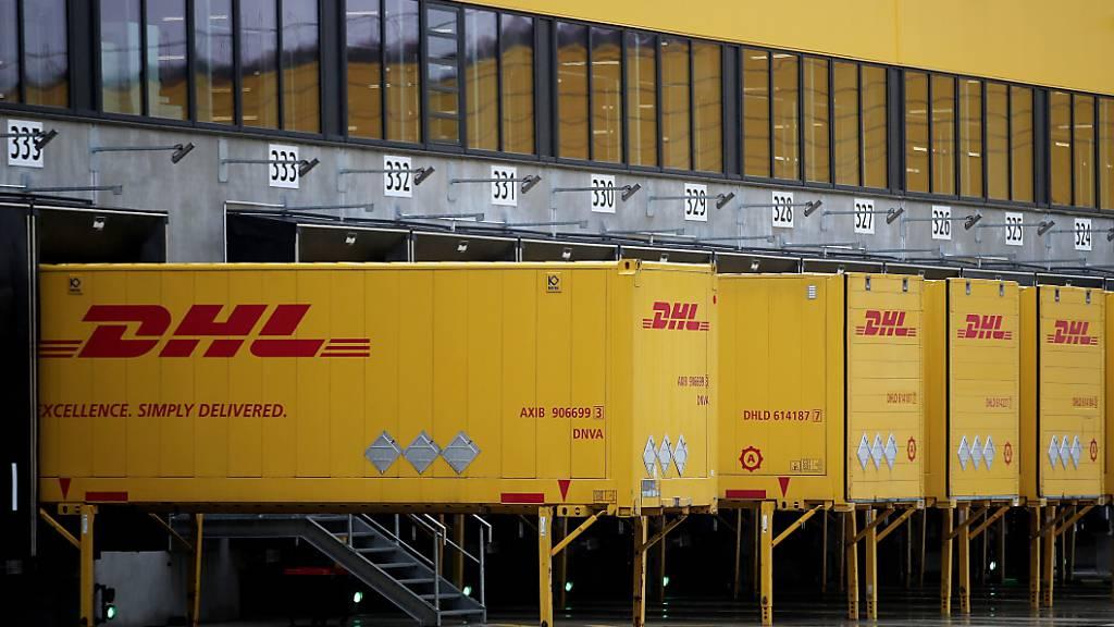 Der deutsche Logistik-Konzern DHL will bedingt durch die Corona-Pandemie 2200 Stellen abbauen. (Archivbild)