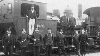 Lokomotiv- und Rangierpersonal im Bahnhof Olten, um 1912: Das SBB-Personal bildete weder bezüglich der sozialen Stellung noch der politischen Ausrichtung eine Einheit. Die höheren Stationsbeamten (Bahnhofsvorstand, 1. v. l.) und die Lokomotivführer (3. v. l.) hoben sich durch ihr elitäres Bewusstsein deutlich von den unteren Kategorien, etwa dem Rangierpersonal (2., 4.-6. v. l.) ab.