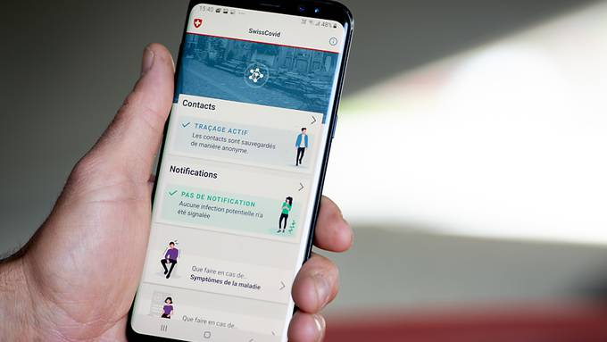 Die Swiss-Covid-App soll das bisherige Contact-Tracing ergänzen und warnt Personen, die in der Nähe einer infizierten Person waren.