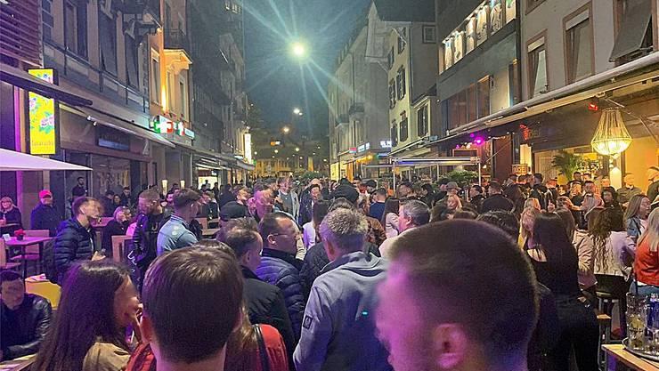 In der Steinenvorstadt in Basel waren am letzten Samstagabend zahlreiche Menschen unterwegs