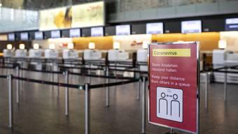 Unter Einhaltung der Abstandsregeln versuchen Schweizer Unternehmen wieder in ihren Alltag zurückzufinden. Hier am Flughafen in Zürich.