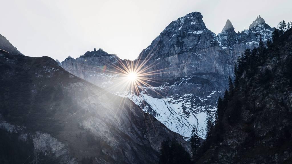 Die Sonne scheint in diesen Tagen durch das Martinsloch
