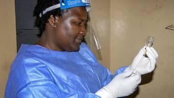 In Uganda sind vier Ebola-Impfteams unterwegs, nachdem eine Kongolesin an Ebola gestorben ist, die auch im Nachbarland Uganda auf dem Markt gewesen war.