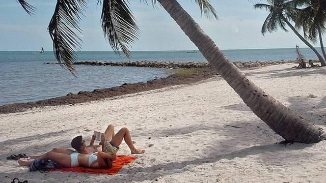 Zwei Touristen liegen am Strand
