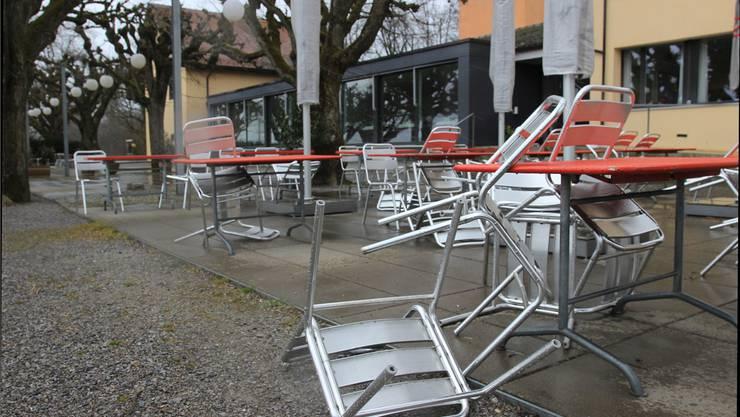 Die Aluminiumstühle auf der Baldegg sind ein leichtes Spiel für Sturmtief Niklas.