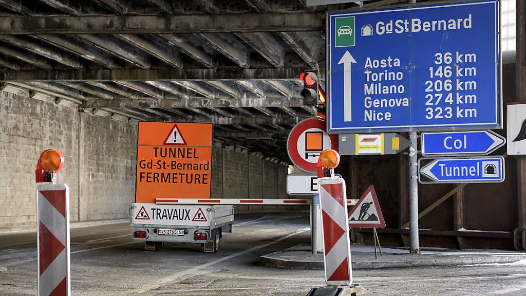 Nach der Schliessung seit Ende September könnte der Strassentunnel am Grossen St.Bernhard bereits am 24. Dezember wieder für den Verkehr freigegeben werden.