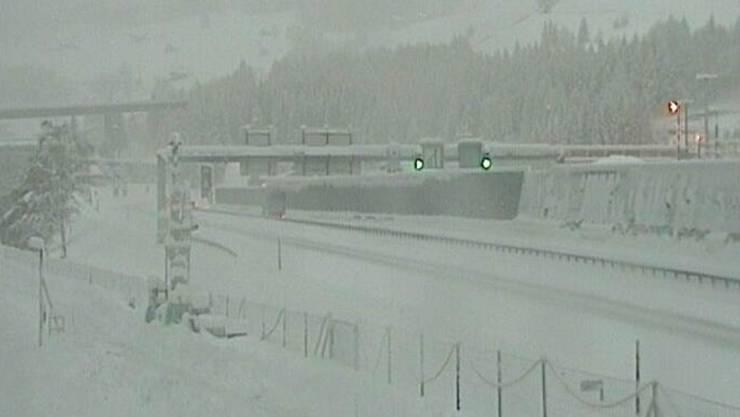 So sah es heute Morgen kurz nach 7 Uhr vor dem Gotthard-Südportal in Airolo aus