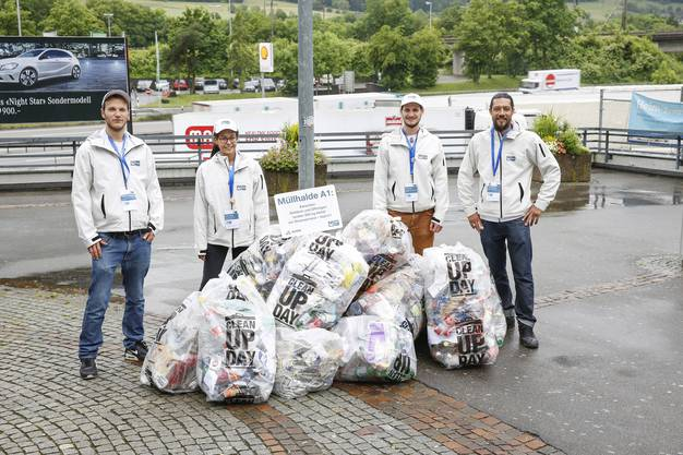 Die IGSU-Botschafter zeigen auf, wie viel Abfall sich täglich auf der Autobahn zwischen Dietikon und Oftringen ansammelt.