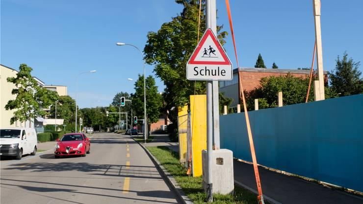 Die Schöneggstrasse ist von einer Umleitung betroffen. Zudem befindet sich hier ein Installationsplatz für die Limmattalbahn- Bauarbeiten (blaue Absperrung rechts im Bild).