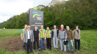 Behörden und Verantwortliche des Naturparks posieren freudig vor der montierten Tafel. HR. Aeschbacher