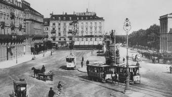 Tram um 1900 auf dem Zürcher Bahnhofplatz: Am Anfang war das Rösslitram, doch um 1900 fuhren auch schon elektrische Strassenbahnen durch Zürich.