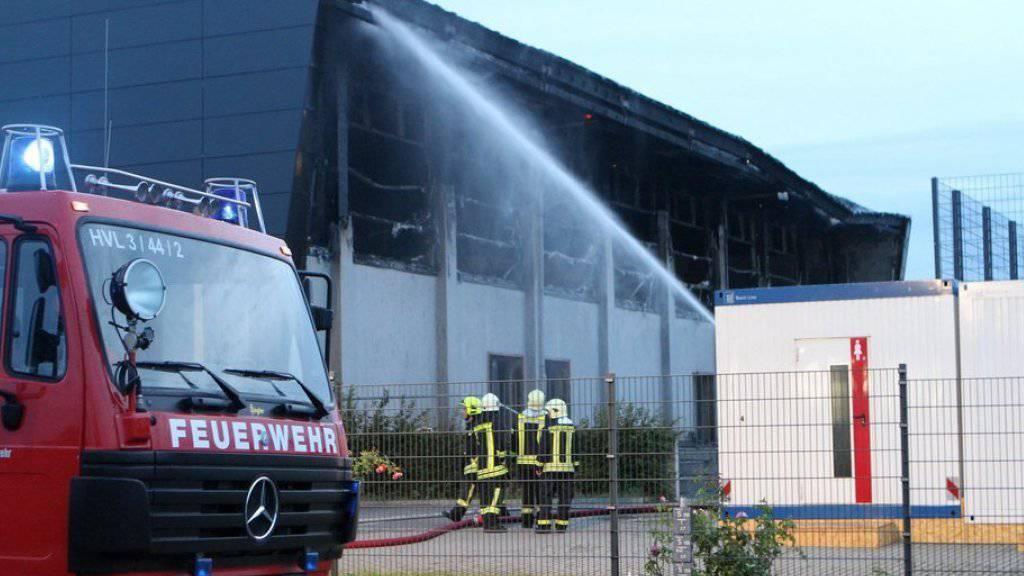 Die Feuerwehr entschloss sich dazu, die Halle in Nauen kontrolliert abbrennen zu lassen