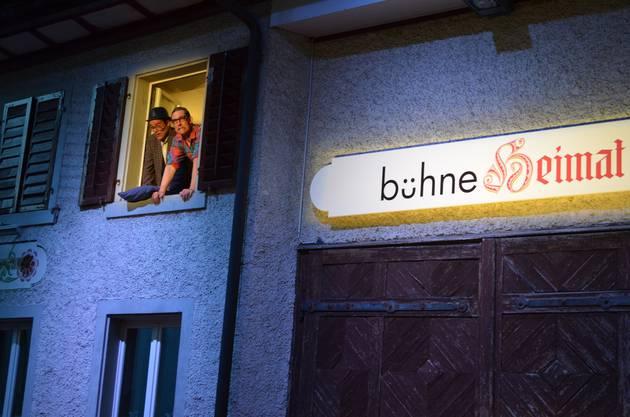 Ruedi (links) und Heinz schauen aus dem Fenster ihrer Ferienunterkunft.