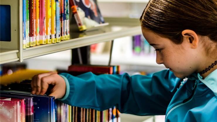 Alina Stierli (10) ist Stammkundin der Dorfbibliothek Villmergen.ZUE