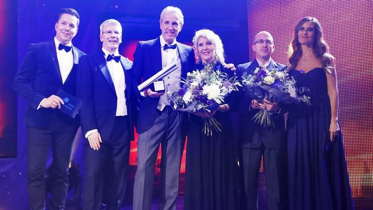Von links nach rechts: Moderator Sven Epiney, Sieger Markus Wopmann mit den Finalisten Rosmarie Hochuli und Marco Nyffeler und Moderatorin Sandra Studer
