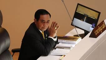 Prayut Chan-o-cha, Regierungschef von Thailand, während der Sondersitzung im Parlamentsgebäude. Foto: Sakchai Lalit/AP/dpa