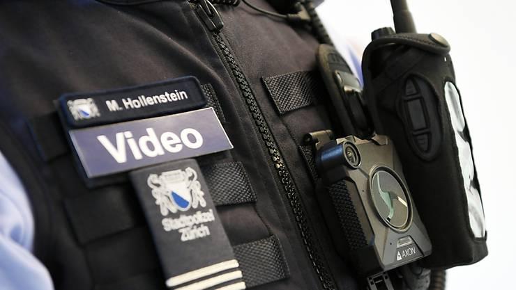 Die Bodycams würden vor allem zum eigenen Schutz der Polizisten dienen. (Archiv)