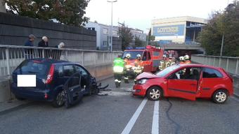 Auf der Basler Schlachthofstrasse kam es am späten Sonntagnachmittag zur einer heftigen Kollision zweier Personenwagen.
