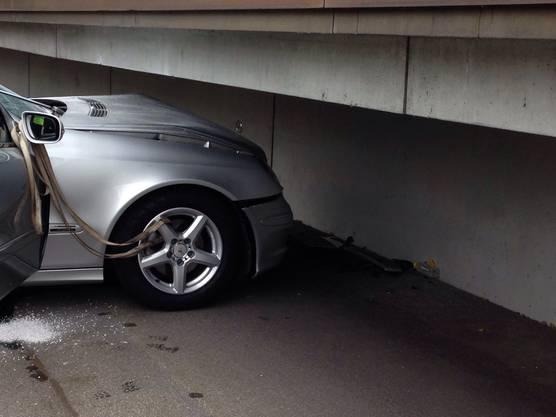 Das Auto ist in die Mauer der Berufsfachschule gekracht.