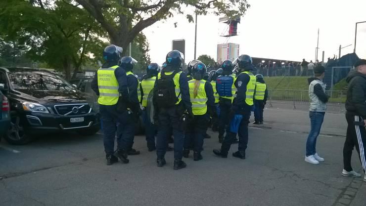 Polizeikräfte vor dem Brügglifeld.