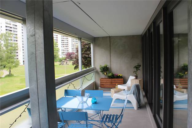 Die Bewohner erhalten durch den Umbau einen deutlich grösseren Balkon mit einer höheren Brüstung und moderneren Fenstern