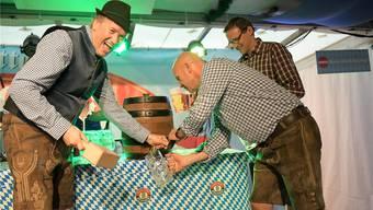 O'zapft is: Mit vier Hammerschlägen brachte Gewerbeverbandspräsident Gregor Biffiger (links) das kühle Gold zum Fliessen.