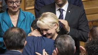Bundesratskandidatin Isabelle Moret, FDP-VD, gratuliert Ignazio Cassis, links, zu dessen Wahl zum 117. Mitglied des Bundesrates, waehrend der Ersatzwahl in den Bundesrat durch die Vereinigte Bundesversammlung, am Mittwoch, 20. September 2017 im Nationalratssaal in Bern. (KEYSTONE/Anthony Anex)