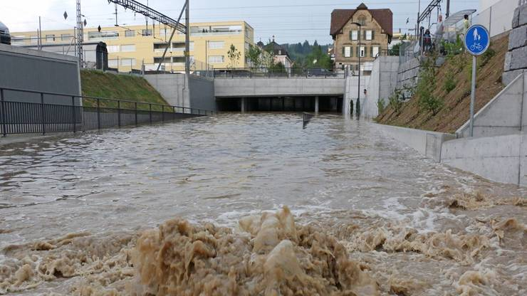 Wasser, Wasser und nochmals Wasser: Hier führt die Strengelbacherstrasse unter den SBB-Geleisen in Zofingen durch. Am Samstag stand das Wasser hier meterhoch und verunmöglichte ein Durchkommen.