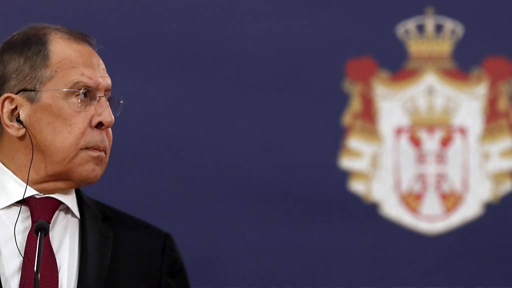 Sergej Lawrow, Außenminister von Russland, nimmt an einer gemeinsamen Pressekonferenz mit dem serbischen Präsidenten Vucic teil. Lawrow befindet sich auf einem zweitägigen Besuch in Serbien.