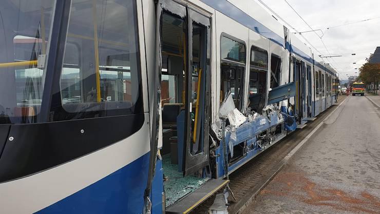 Es kam in Zürich-Altstetten zu einem Verkehrsunfall zwischen einem Tram und einem Lastwagen.