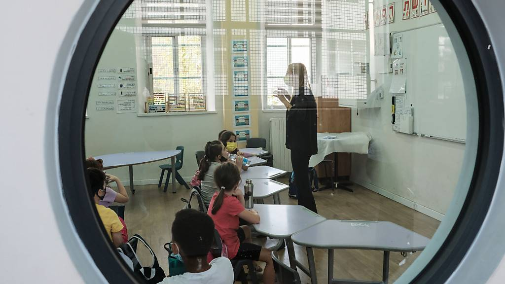 ARCHIV - Schüler sitzen in einem Klassenzimmer in einer Grundschule. Foto: Nir Alon/ZUMA Wire/dpa