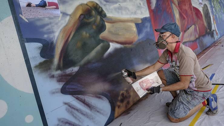 Künstler Tarek Abu Hageb sprayt bei der Streetart-Meile auf der Fussgängerüberführung bei der Schwarzwaldbrücke ein neues Werk: Eine Illustration des Fotos von Aylan Kurdi, das um die Welt ging.