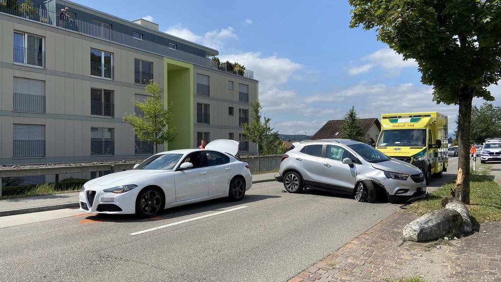 Mit Auto gegen Baum geprallt - zwei Personen im Spital