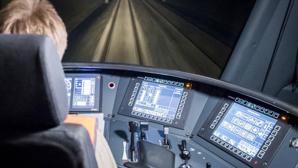 """Mitarbeitende im Bahnverkehr werden bald von künstlicher Intelligenz unterstützt: Die Schweizer Bahnbranche beginnt mit der Umsetzung des Verkehrsmanagement-Systems """"smartrail 4.0"""", das beispielsweise bei Störungen innert Kürze mehrere Lösungsvarianten berechnet. (Symbolbild)"""