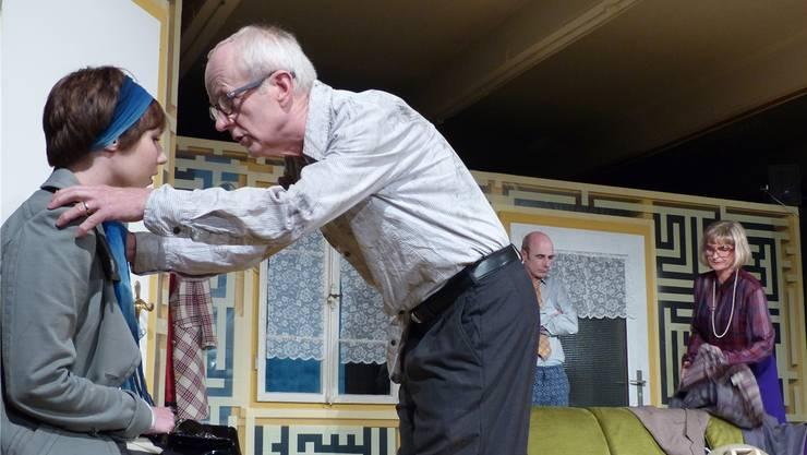 Sozialkomödie im Lehrertheater Möhlin: Mr. Jenkins (Jakob Heinz) von der Sozialbehörde muss Brenda (Anais Gysin) trösten.