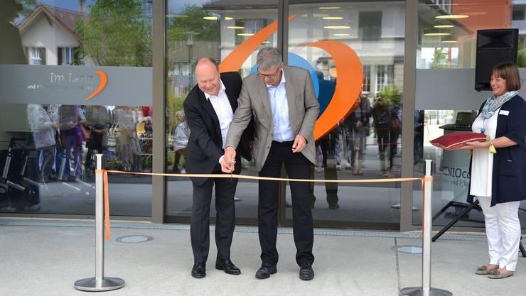 Beat Ammann, CEO SENIOcare und Daniel Mosimann, Stadtammann von Lenzburg, bei der Eröffnungszeremonie.