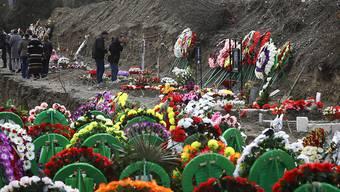 Angehörige besuchen die Gräber der Opfer des Konflikts in der Region Berg-Karabach. Foto: Sergei Grits/AP/dpa