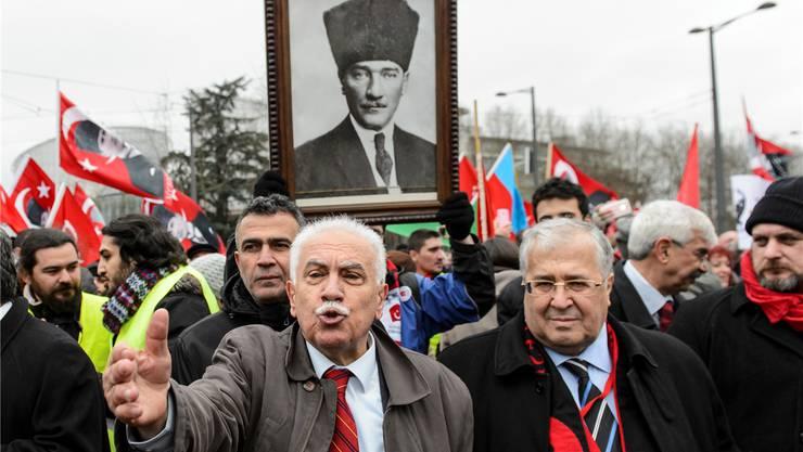 Doğu Perinçek, in der Schweiz im Januar vom Bundesgericht verurteilt (Bild, M.), ist nun vom europäischen Gerichtshof für Menschenrechte freigesprochen worden.