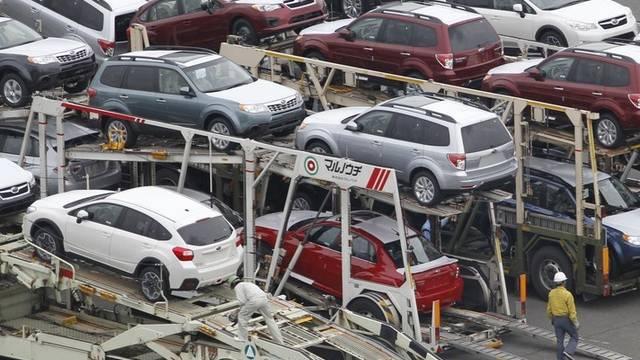 Japanische Autos werden im Hafen von Tokio verladen