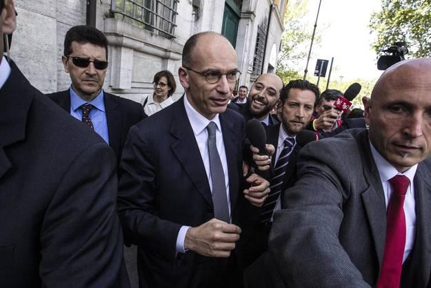 Der neue italienische Premier Letta auf dem Weg ins Parlament, wo er vereidigt werden sollte.