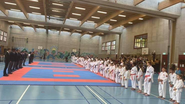 Aufstellen der Sportler und Schiedsrichter zur Begrüssung vor Beginn der Aargauermeisterschaften im Karate 2019.