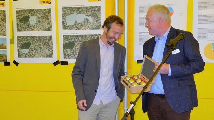Gemeindepräsident Hampi Budmiger (links) erhält von Dieter Greber, CEO der Leuthard AG, zur Übergabe des Parks mit Spielplatz ein Boule-Spiel. Eddy Schambron