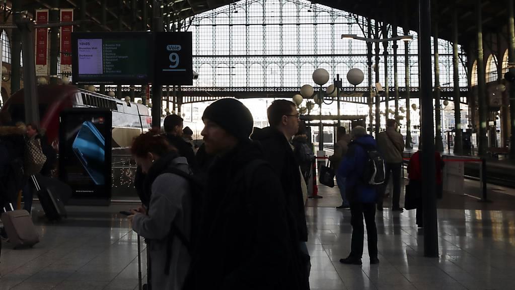 Reisende warten auf einen Zug am Samstag im Pariser Gare du Nord. Wegen Streiks war der Verkehr erneut stark behindert.