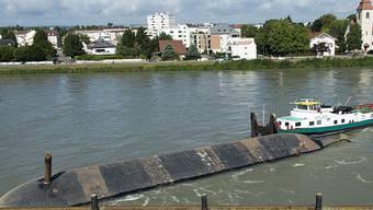 """Das nach der Havarie vom August 2014 kieloben im Rhein liegende Kieslastschiff """"Merlin"""". (Archivbild)"""