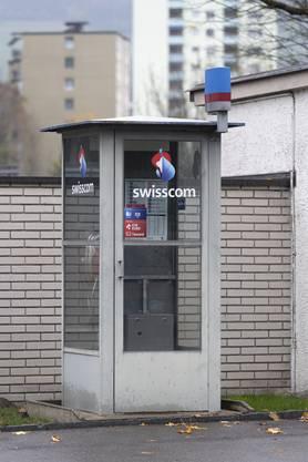 Telefonieren geht noch, SMS-Dienst aber nicht: Die Telefonkabine an der Bruggerstrasse in Baden kommt Ende Jahr ins Museum.