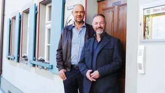 Roland Duttlinger und Peter Maier (r.) vor der «Alten Post».