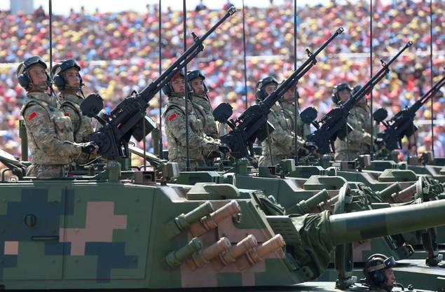 Auch Soldaten auf bewaffneten Panzerfahrzeugen fuhren an der Militärparade auf.